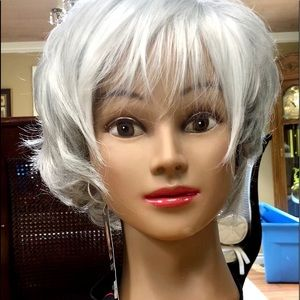 Easy to wear very attractive light grey wig.